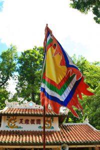 Cờ ngũ sắc được treo nhiều ở đình chùa