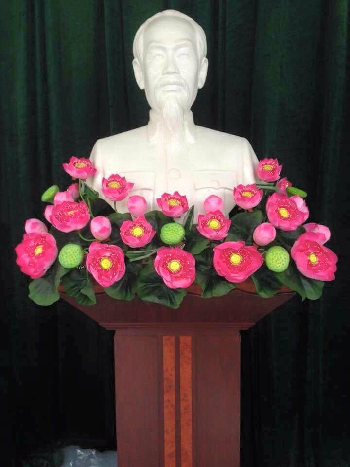 Hoa sen trang trí bục tượng Bác