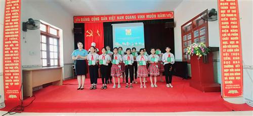 Các em học sinh nhận giấy chứng nhận hạng măng non
